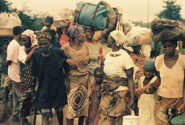 Mass exodus from ULIMO war after fleeing NPFL-ULIMO gun battle in Tubmanburg in August 1992. Photo: (c) James Fasuekoi/The AfricaPaper