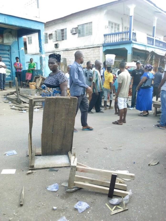 o traders examine their vandalized stalls and kiosks. Photo: Abubakarr Kamara/The AfricaPaper
