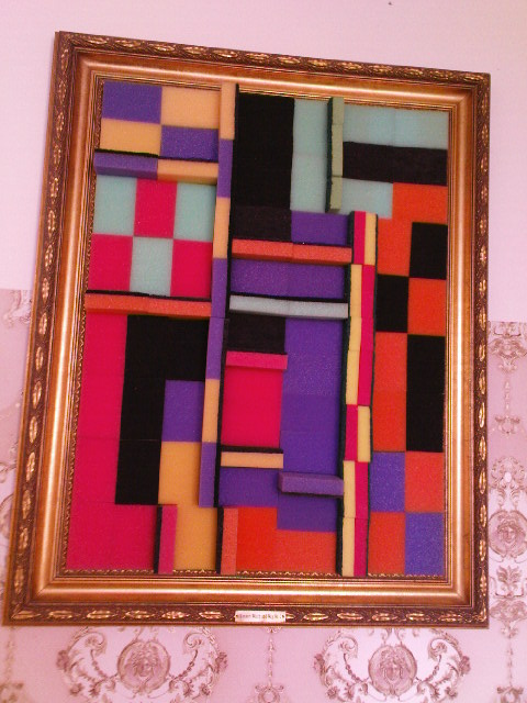 Bild vom Mark Divo - Besucher können es sich in einer gemütlichen Wohnzimmeratmosphäre mit schicker Tapete bequem machen.