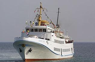Die Funny Girl fährt direkt in den Helgoländer Hafen - ohne Ausbooten