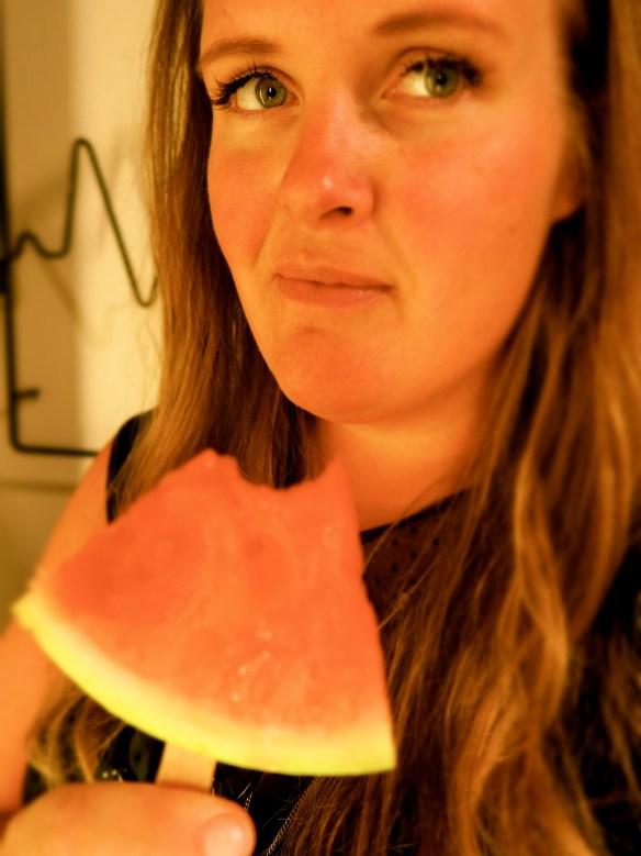 Spiser vannmelon på pinne og lurer på om noen ser at jeg er blogg-jomfru.