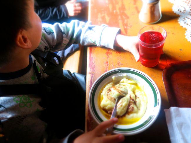 Fyr på fem spiser rømmegrøt og hører på historier fra en fremmed som er 80 år eldre.