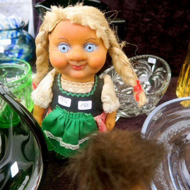 Psycho-dukke til salgs i Birkelunden i dag.