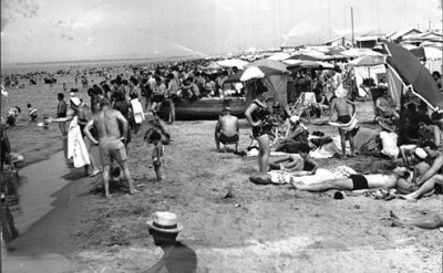 A mix of free beaches and paid bathing establishments.