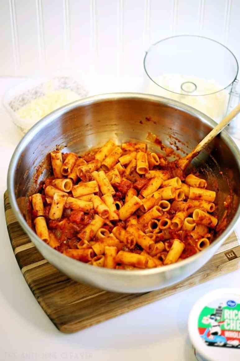 Super simple baked ziti recipe with homemade spaghetti sauce #ReynoldsHeatandEat @ReynoldsKitchens AD