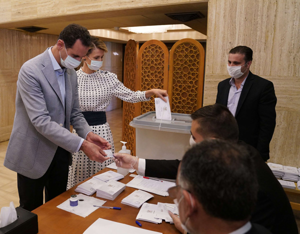 Syrian President Bashar al-Assad and his wife Asma register to cast their vote during the parliamentary elections, in Damascus, on July 19, 2020. (dpa)