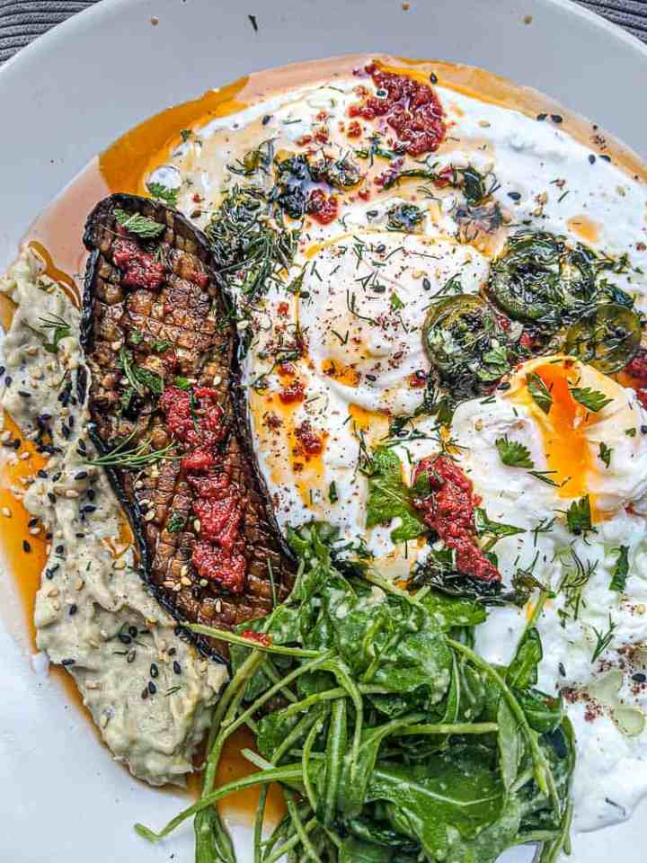 Turkish eggs Çilbir with aleppo pepper butter and garlic herb infusion-151024-3