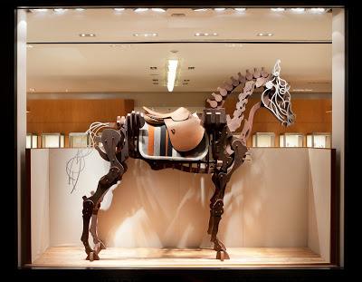 H011 席時斌《馬之戲劇:知識之馬》Hermes藝術櫥窗,木料、漆、鋁、以及愛馬仕馬鞍,2010x2331x58cm,2011(1)