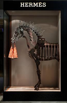 H012 席時斌《馬之戲劇:知識之馬》Hermes藝術櫥窗,木料、漆、鋁、以及愛馬仕絲巾包,2010x1492x58cm,2011(3)
