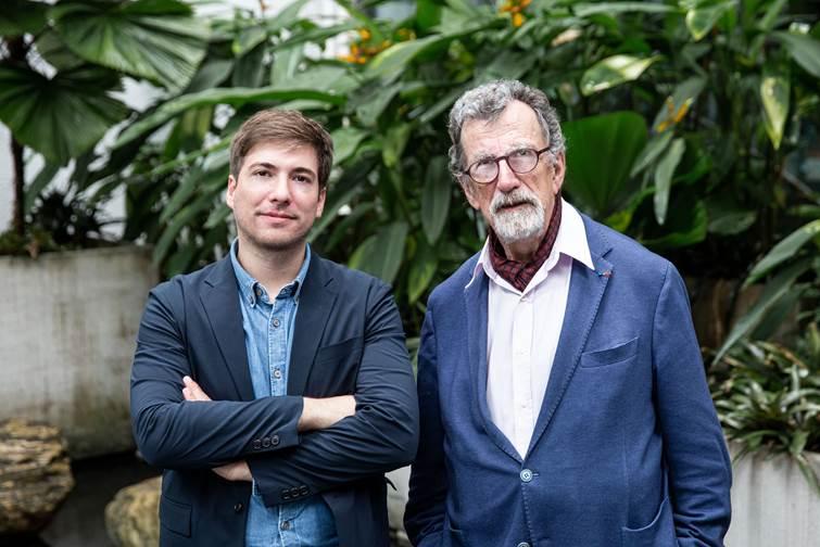 2020台北雙年展策展人布魯諾.拉圖(Bruno Latour)(右)、馬汀.圭納(Martin Guinard)(左)合影。臺北市立美術館提供。