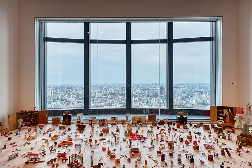 Installation view: 鹽田千春 Shiota Chiharu: The Soul Trembles, Mori Art Museum, Tokyo, 2019 Photo: Sunhi Mang Photo courtesy: Mori Art Museum, Tokyo