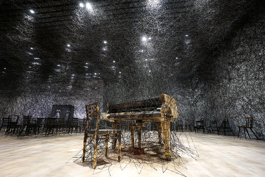 Installation view: Shiota Chiharu: The Soul Trembles, Mori Art Museum, Tokyo, 2019 Photo: Sunhi Mang Photo courtesy: Mori Art Museum, Tokyo