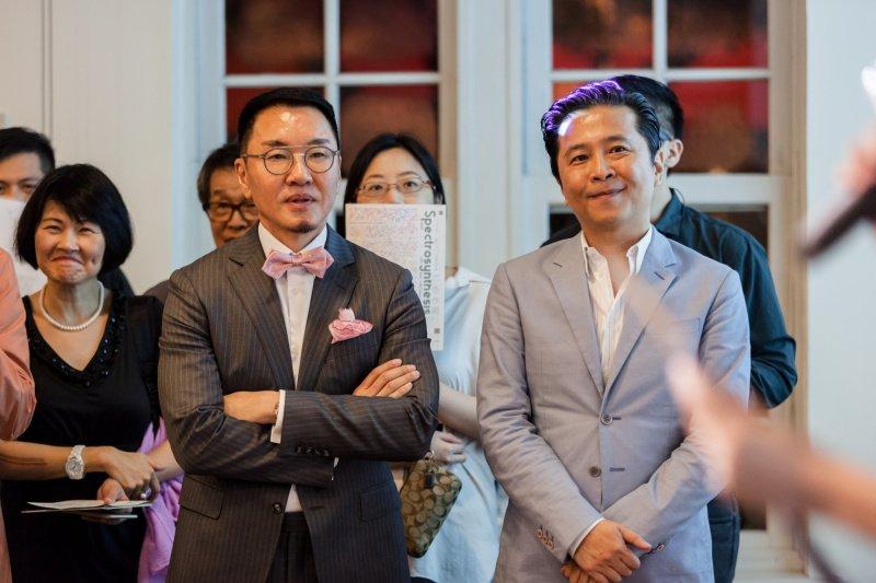 左為驕陽基金會創辦人孫啟越;右為展覽策展人胡朝聖。圖片由Sunpride Foundation提供