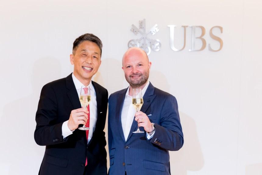 左為 瑞銀集團台灣區總經理陳允懋(Dennis Chen)先生 右為 台北當代藝術博覽會(TAIPEI DANGDAI) 創辦人任天晉(Magnus Renfrew)Courtesy of UBS 圖片由瑞銀集團提供