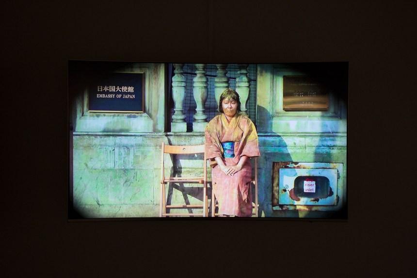 嶋田美子(SHIMADA Yoshiko) 《試著成為日本慰安婦之雕像》(Being a Statue of a Japanese Comfort Woman) 2012年,8分02秒 於英國倫敦日本大使館前演出,錄像(攝影:琴索尼)
