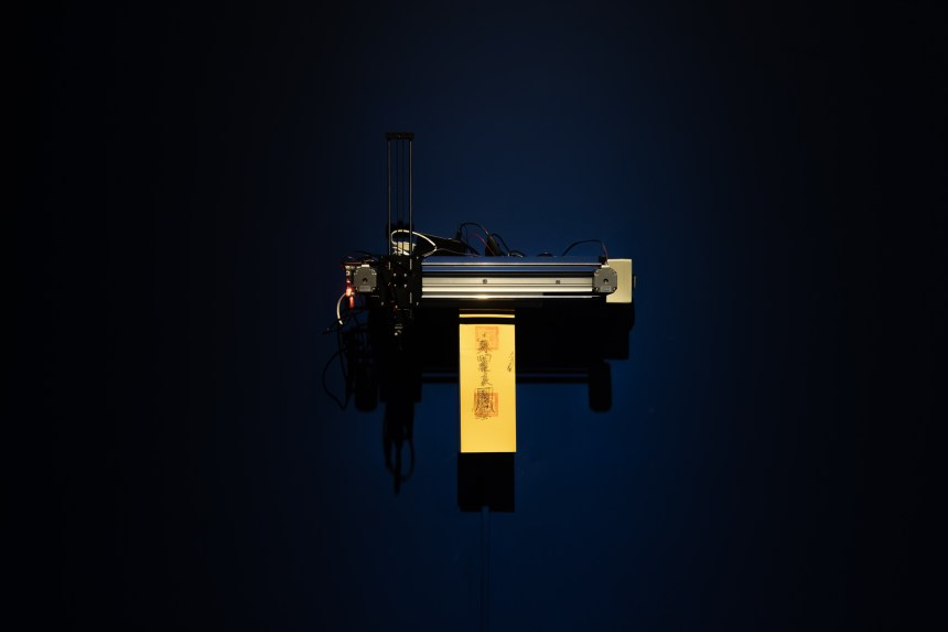 陳亮璇 & 致穎,〈手勢 II 〉,2020,裝置、影像、 現場表演,複合媒材,尺寸依展場空間而定。臺北 市立美術館提供。 Liang-Hsuan Chen & Musquiqui Chihying, The Gesture II, 2020, installation , HD video, live performance, dimensions variable. Courtesy of Taipei Fine Arts Museum.