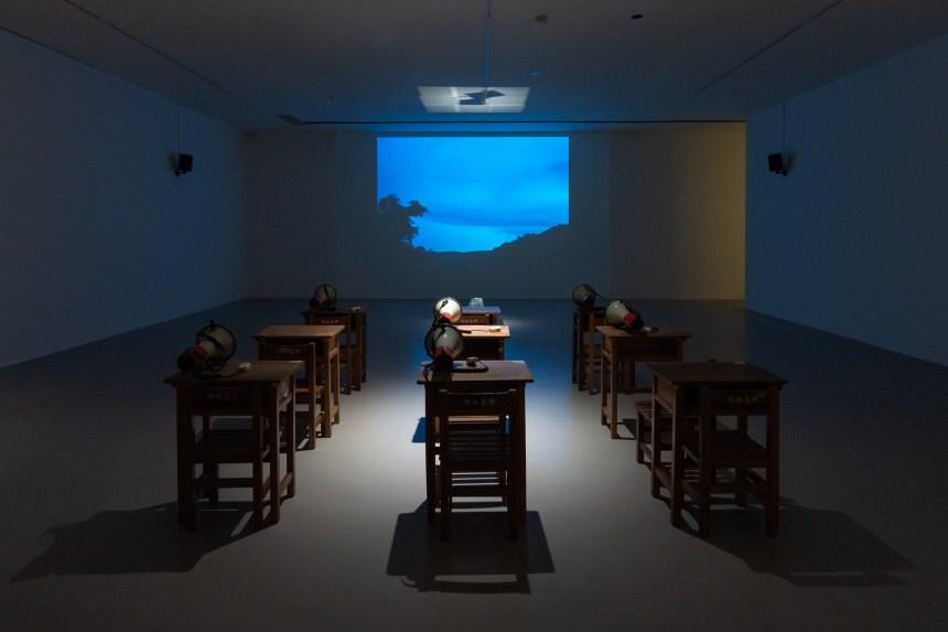 阮慶岳 ,〈山徑躊躇─我的小說拯救計畫〉,2020, 裝置、影片、文字、行動,尺寸依現場空間。臺北 市立美術館提供。 Ching-Yueh Roan, Wavering on a Mountain Path—A Rescue Plan for My Novel, 2020, mixed media installation, film, text, performance , dimensions variable. Courtesy of Taipei Fine Arts Museum.