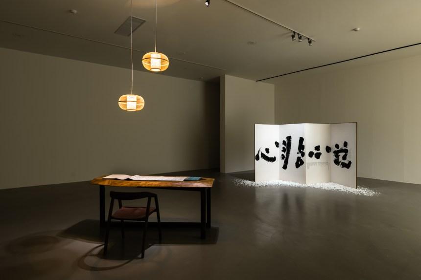 許悔之,〈字,療。〉,2020,裝置、現場表演, 複合媒材,尺寸依現場空間。臺北市立美術館提供。 Hui-Chih Hsu, Words that Heal , 2020, installation, performance, mixed media, dimensions variable. Courtesy of Taipei Fine Arts Museum.