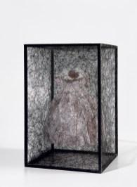 鹽田千春 Chihara Shiota_State of Being (Children's Dress), 2011年作 鐵架、毛線、童裝,69.9 x 45.1 x 45.1公分 估價:$20,000 - 30,000美元, Courtesy of the artist and Phillips 富藝斯