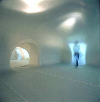 No. 50 / 布、鼓風機 / 2003 / 「漫無目的:王德瑜個展」,台北當代藝術館,臺北 / (攝影 / 李國民) No.50 / fabric, fans / 2003 / 〈Adrift – Wang Te-Yu Solo Exhibition〉, Museum of Contemporary Art, Taipei, Taipei / (Photos by Lee Kuo Min)