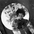 """Federica Melis.""""Era socialista, femminista, critica cinematografica, ma soprattutto una persona diretta ed esplicita. Imparò l'inglese andando a teatro. Vestiva con giacche e pantaloni da uomo e portava sempre un largo cappello. Scattava sempre fotografie che però non mostrava mai a nessuno"""". Così è descritta Vivian Maier dai tre ragazzi di..."""