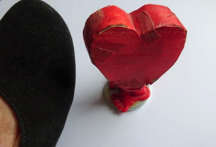 Zu sehen ist ein zusammengeklebtes Herz mit Füßen, das Teil einer Inszenierung war.