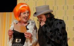 Callimaco in Verkleidung - doch der schlauen Colombine (Marion Weidenfeld) macht er nichts vor ... Foto: Theaterei