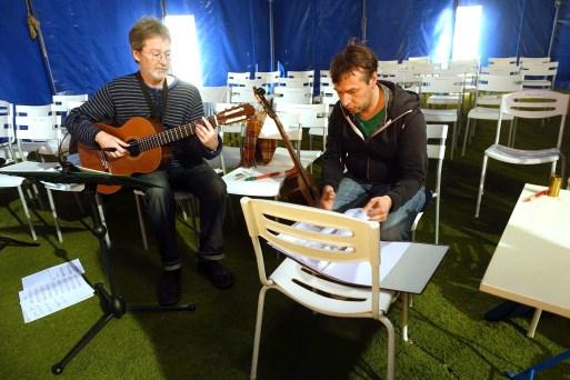 Die Musiker des Abends: Komponist Markus Munzer-Dorn (links) und Gitarrist Markus Wirth (rechts). Foto: Schukraft