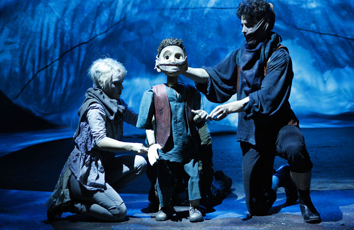 The-Grinning-Man-Audrey-Brisson-Dea-Louis-Maskell-Grinpayne-with-Young-Grinpayne-puppet-by-Gyre-and-Gimble-Photo-by-Simon-Annand-1_926