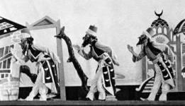 """Από το χορόδραμα της Ραλλού Μάνου. Σκηνικά - Κοστούμια: Χατζηκυριάκος Γκίκας.  Παράσταση του 1950 στο """"Rex""""."""