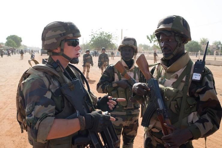 4 février 2013, militaires français de la force Serval et nigériens de la MISMA patrouillant côte-à-côte dans les rues de Gao. Crédit photo : ECPAD / EMA