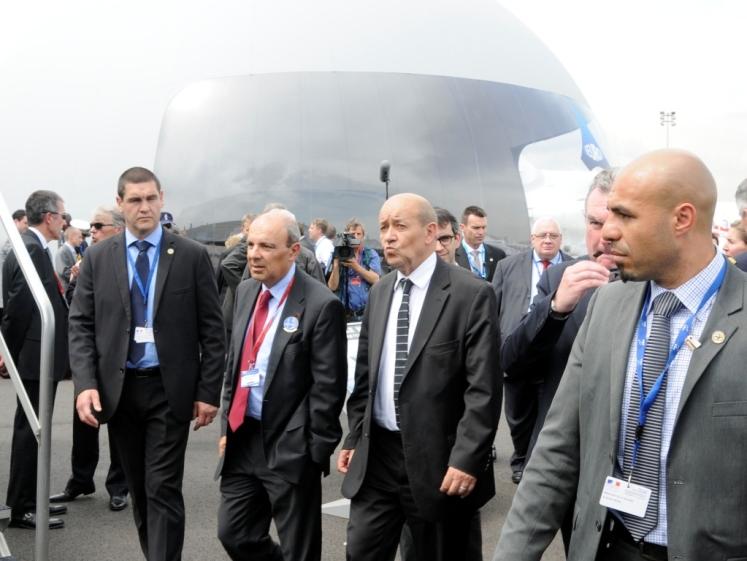 Le Drian au stand Dassault
