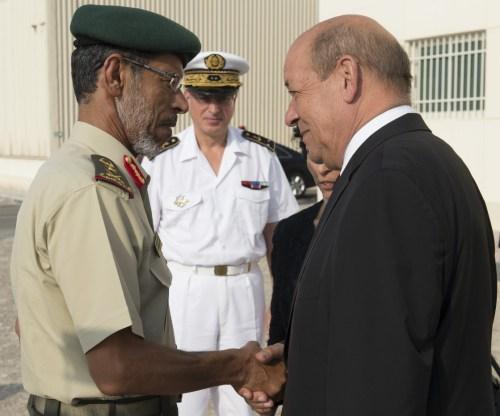 M. Jean-Yves Le Drian, Ministre de la défense, fait une visite de la base aérienne 104 d'Al Dhafra. Le chef d'état major des armées émiriennes est accueilli par le ministre de la défense. © JL. Brunet / Armée de l'Air