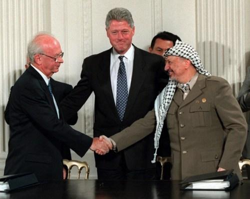 Yitzhak Rabin, Bill Clinton et Yasser Arafat, le 28 sept 1995. Crédit : Doug Mills.