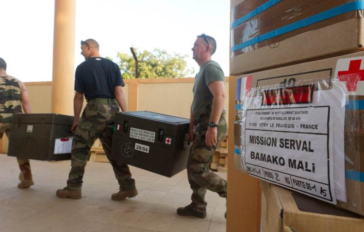 Installation de L'ACP sur la base aérienne de Bamako, le 13 janvier 2013. L'ACP a mis moins de 24 heures à s'installer afin d'être prêt le plus tôt possible à recevoir et à prendre en charge les premiers blessés éventuels. Crédit photo : ECPAD / EMA.