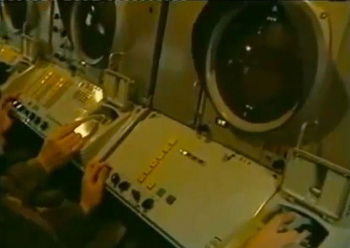Inside_of_a_Buk-SAM-console_radar