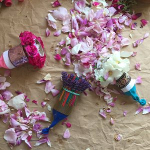 Nature confetti poppers! – Flower petal party poppers from toilet paper tubes!