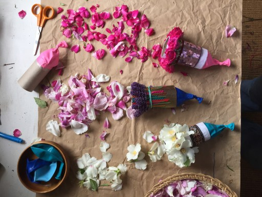 rose petal biodegradable party poppers nature confetti poppers made from recycled toilet roll tubes