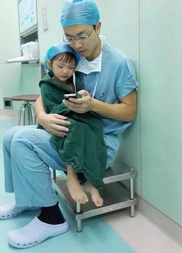 Surgeon Comforts A Little Girl Right Before Her Heart Surgery 2