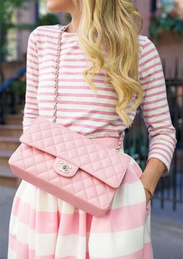 Девушка в полосатой одежде