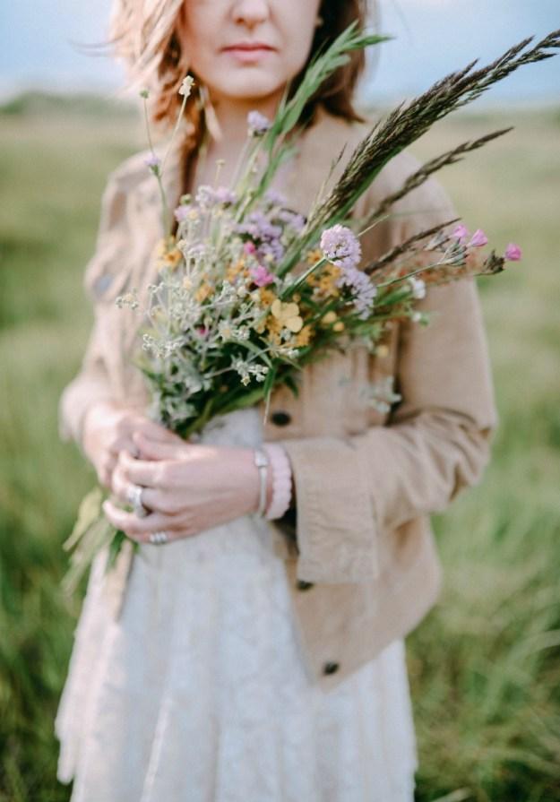 букет полевых цветов в руках