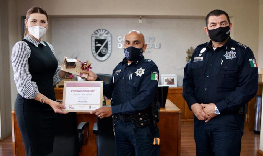 Mayor Marina del Pilar Avila acknowledges a Mexicali police officer who helped a woman give birth on the city streets