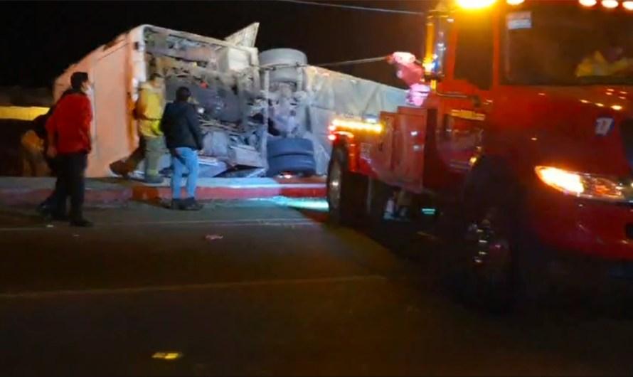 Autobús volcó en Rosarito deja medio centenar de personas atrapadas, se reportan 7 muertos