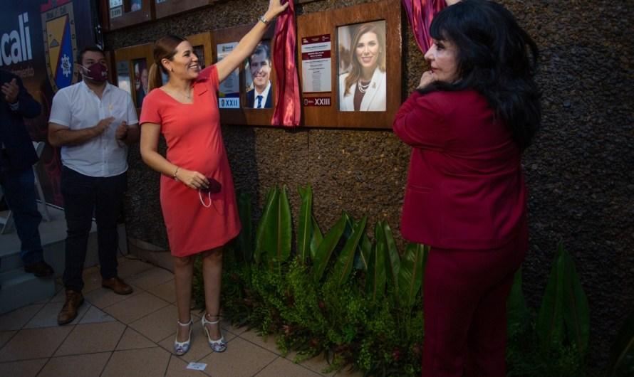 Devela Norma Bustamante fotografía de Marina del Pilar en galería de ex alcaldes en Palacio Municipal