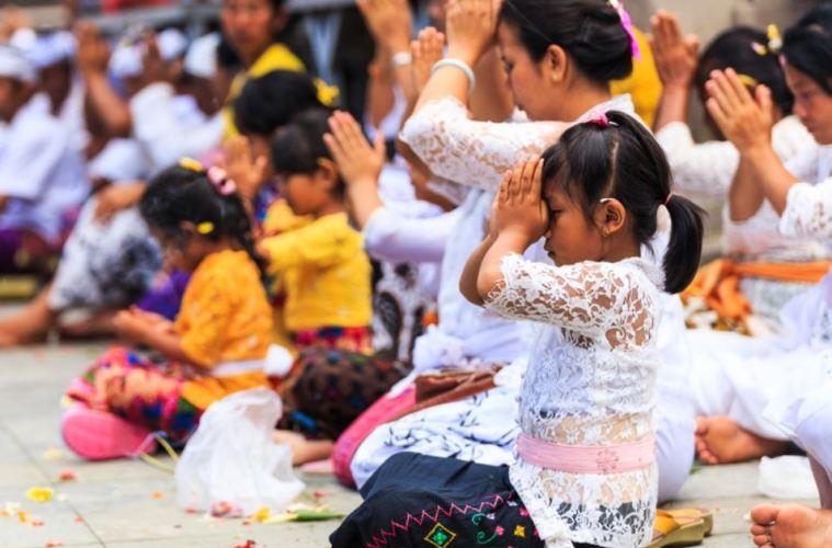 bali praying for tourism