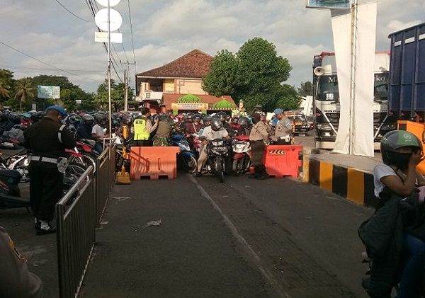 hundreds of residents lined up at the bali ferry port to return to java