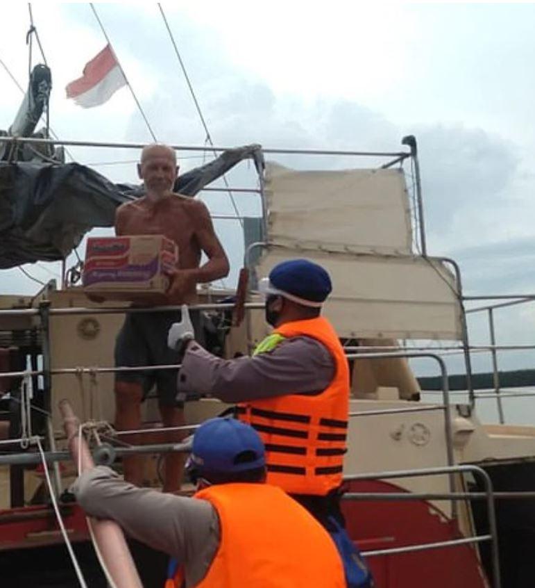 man robbed on sailboat