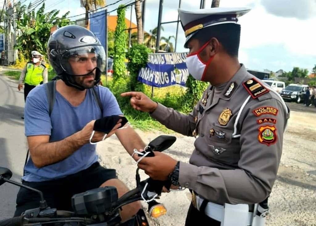 Bali police giver foreigner mask