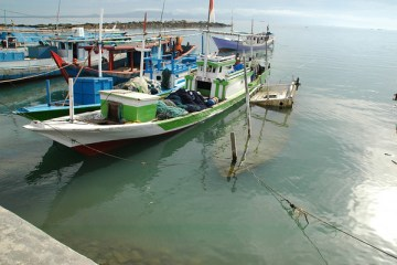 5 men were apprehended trying to enter Bali on a wooden boat while trying to avoid health inspection authorities. https://thebalisun.com/5-men-attempt-to-enter-bali-on-wooden-boat-to-avoid-health-inspection/