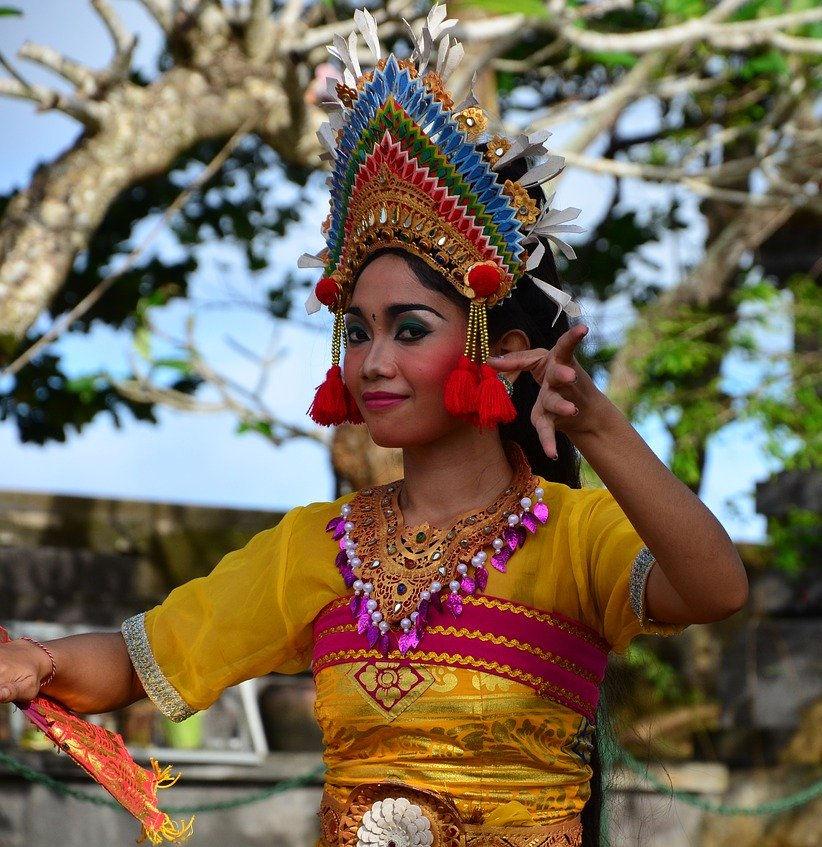 bali dancer welcomes tourist